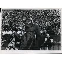 1963 Press Photo Michael Pavlovich puts coat on Green Bay Packers' Willie Wood