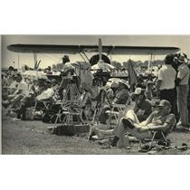 1984 Press Photo Spectators along runway at Wittman Field for airshow, Wisconsin