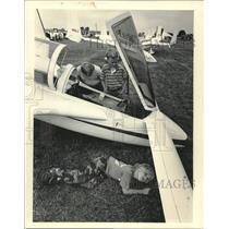 1984 Press Photo Ben Sirknen crawls under Varieze plane while his brothers look
