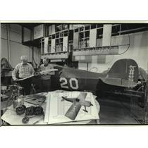 1984 Press Photo Daniel Broadfoot & other inspect Wittman Buster prop, Milwaukee