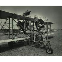 1985 Press Photo Lea Abbott with his replica of a 1920 Curtis Pusher, Dallas, TX