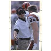 1992 Press Photo Bengals football coach David Shula talks to his player