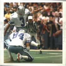 1993 Press Photo Cowboys football's Eddie Murray kicks goal against Packers
