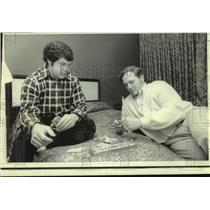 1974 Press Photo Minnesota Vikings football players kill time before Super Bowl