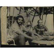 1974 Press Photo WFL Hawaiians football player Calvin Hill and team officials