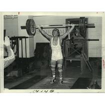 1982 Press Photo Mike Quinn successfully lifts 187 1/4 pounds above his head