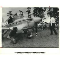1986 Press Photo Men examine Houston Metro Traffic plane set down in city park