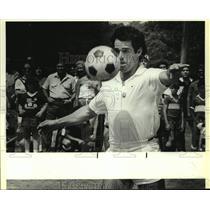 1986 Press Photo Dallas Cowboys kicker Rafael Septien plays soccer - sas17859