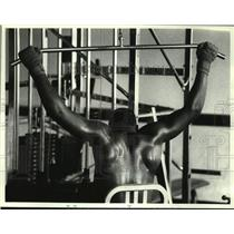 1990 Press Photo Vernon Murphy lifts weights at Kennel Center, Albany, New York