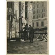 1929 Press Photo Men working on Lincoln Hotel Exterior - mjb09689