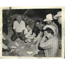 1942 Press Photo Members of the Supai Indian Tribe Play Cards - mjc38296