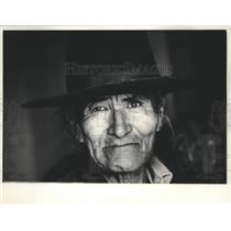 1967 Press Photo elderly Navajo Indian man wearing a wide-brimmed hat, Wisconsin
