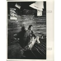 1967 Press Photo A Native American mother tends her baby in Arizona - mjc38021