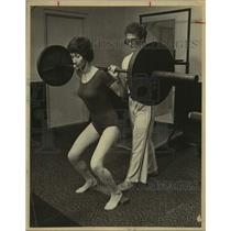 1979 Press Photo Mr. Texas Health Club Co-Owner Bee Gonzales & Spotter Lifting
