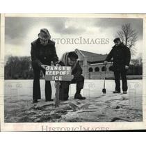 1980 Press Photo Park officials post thin ice sign, Washington Park, Albany, NY
