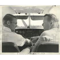 1969 Press Photo Larry Hinson receives flying instructions from Keith Jarrett