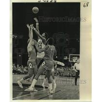 1976 Press Photo New Orleans Jazz basketball player Aaron James vs. Bulls