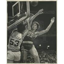 1977 Press Photo Phoenix Suns Alvan Adams Blocks New Orleans Jazz Rich Kelley