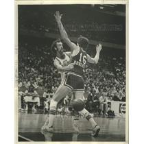 1977 Press Photo New Orleans Jazz Rich Kelley Against Tom Burleson - noo33731