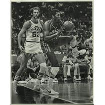 1977 Press Photo New Orleans Jazz basketball player Rich Kelley vs. the Warriors
