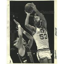 1978 Press Photo New Orleans Rich Kelley Shoots Over Benson - noo33730