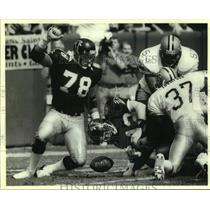 1990 Press Photo Atlanta Falcons football player Mike Kenn vs. New Orleans