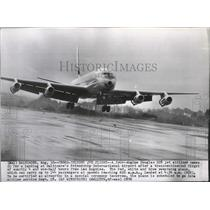 1959 Press Photo Douglas DC8 jet airliner comes in for a landing after a flight