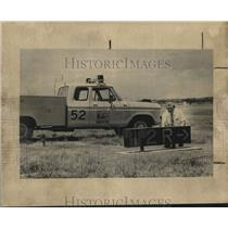 1982 Press Photo James Dickson fixing runway lights at San Antonio Aiport, Texas