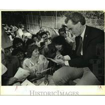 1986 Press Photo Dallas Cowboy Football Player Roger Staubach Signs Autographs