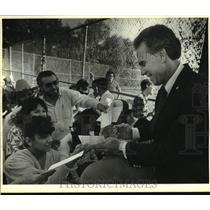 1986 Press Photo Dallas Cowboys Football Player Roger Staubach Signs Autographs