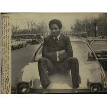 1976 Press Photo Pittsburgh Steelers Football Player Lynn Swann Sits on Car Hood