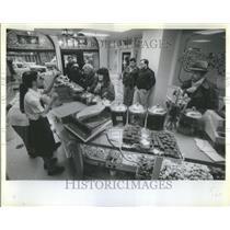 1983 Press Photo Nut house employees rush to keep up - RRU83591