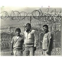 1987 Press Photo Group of Cubans stand at Oakdale Federal Detention Center