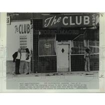 1976 Press Photo Man talks with women standing outside 'The Club Cafe' in Utah