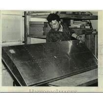 1979 Press Photo Peter Lombardi builds aircraft fuel tank in New York