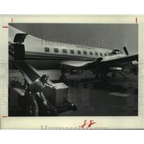1982 Press Photo A baggage handler loads a Wright Air Lines plane in Albany, NY