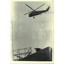 1983 Press Photo Helicopter lowers equipment onto Key Bank building, Albany, NY