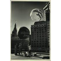 1988 Press Photo Workers raise Milwaukee Journal promotional balloons, Wisconsin