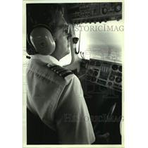 1990 Press Photo Dick Esh pilots Goodyear blimp Enterprise over New York