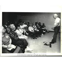 1992 Press Photo Bob Nevin speaks to crowd about principles of exercise, Texas