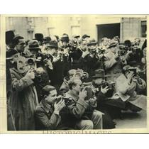 1934 Press Photo Cameramen In France Waiting For The Premier & His Cabinet