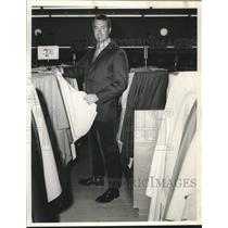 1870 Press Photo Pat Marion exhibits new fabrics offered, Hancock Fabrics