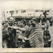 1953 Press Photo Maori natives in Auckland, New Zealand welcome Queen Elizabeth
