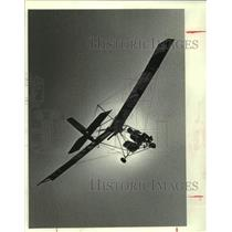 1982 Press Photo Gordon Cross pilots Ultralight power glider, Manvel, Texas