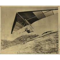1980 Press Photo Hang-Glider Pilot John Wilcox Cruises Over Sierra Nevada