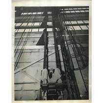 1949 Press Photo Laurence Craigie shows gravitation pull at Dayton Ohio Base