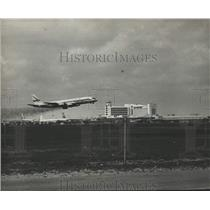1960 Press Photo Delta jet takes off to SE with new terminal in background
