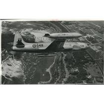 1956 Press Photo Canadian Air Force fighter jet over Niagara & Horseshoe Falls