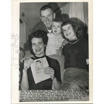 1962 Press Photo U2 pilot Powers' sister Janice Melvin with family shows letter
