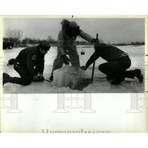1984 Press Photo Du Page Workers Remove Ice From Pond - RRW64293